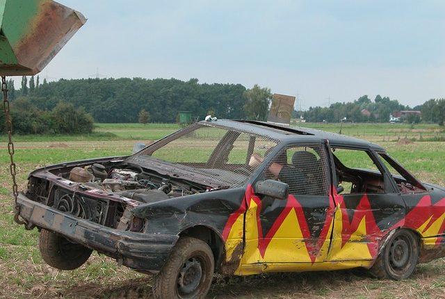 hombre quema auto evita que grúa se lo lleve