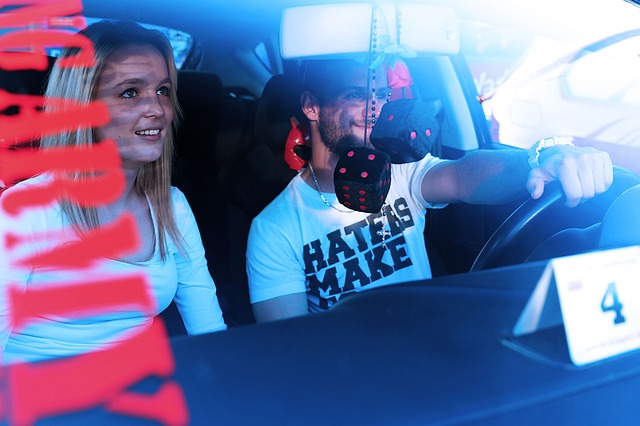mujes descubre a su esposo con amante destruye auto