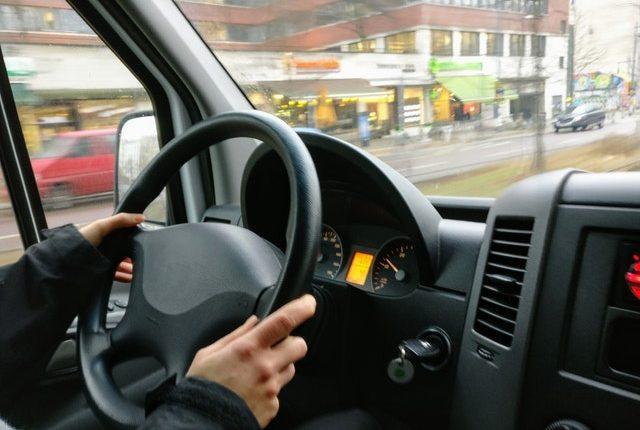 mujer evita robo de su camioneta película