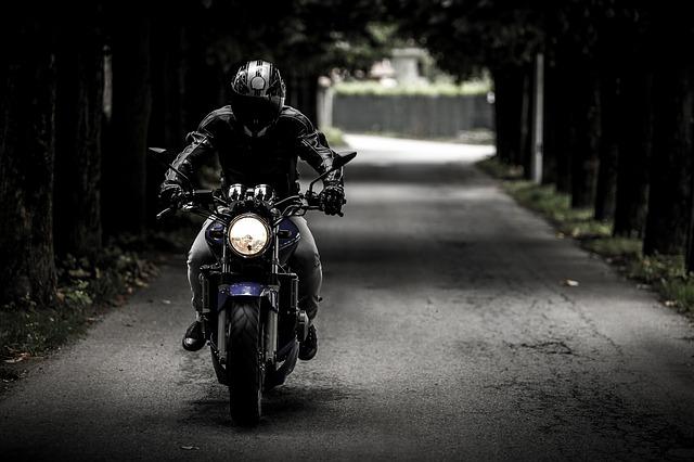 motociclista intenta vengarse de conductor. ¿Qué debo saber antes de comprar una moto, bici o scooter eléctrico?