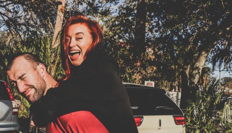 mujer pega calcomanías en el auto de su esposo