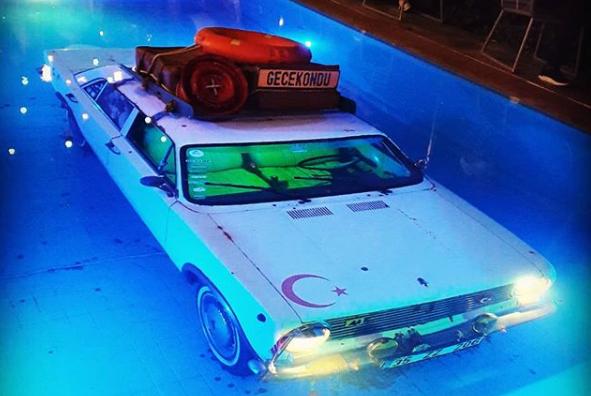 auto en una piscina/ Fuente: Instagram @uur.mac