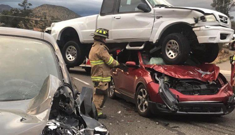 camioneta termina encima de un auto/ Fuente: Facebook @Yavapai County Sheriff's Office