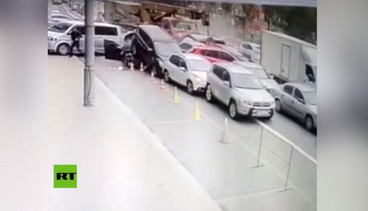 grúa arrolla autos