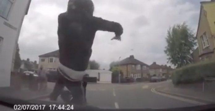 motociclista finge ser atropellado