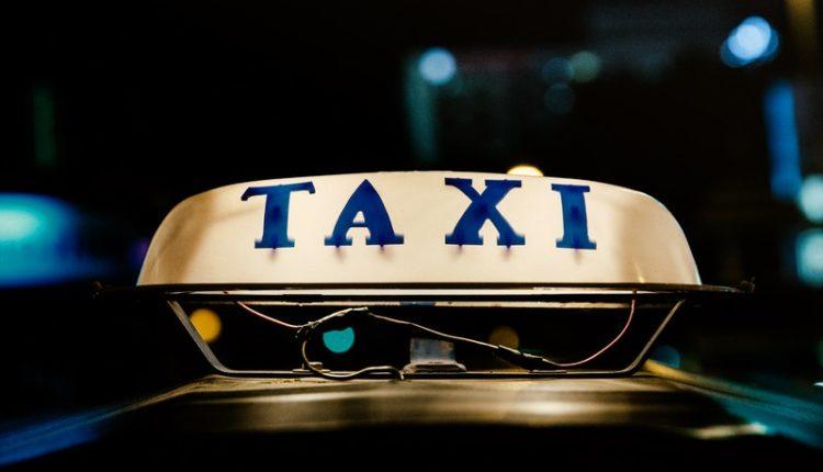 taxista se pone mascarilla facial / Fuente: @Pexels / Imagen ilustrativa