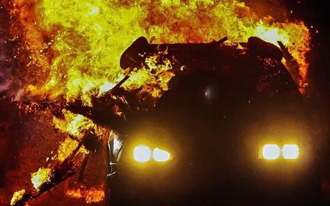 advertencia sobre incendios en un coche électrico