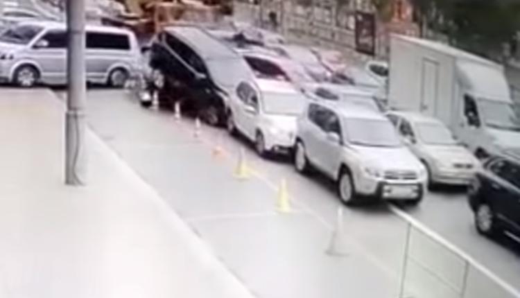 Grúa fuera de control destruye más de 20 autos