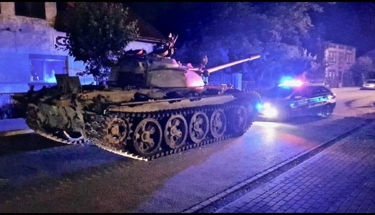 hombre pasea en tanque sovietico
