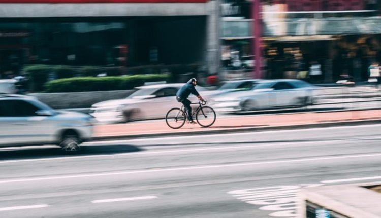 mujer arrolla ciclistas